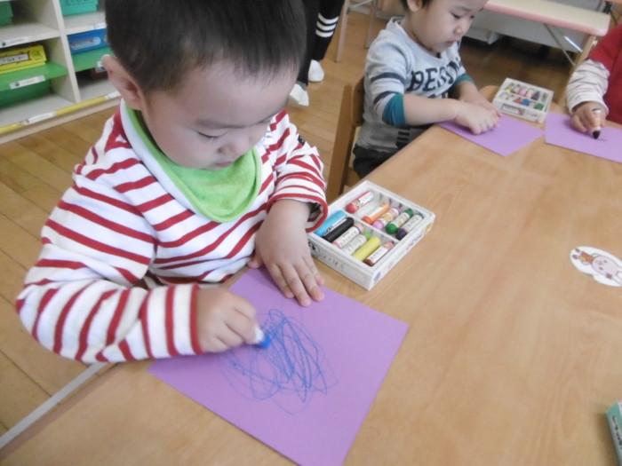 紫の画用紙に殴り描きをしました。