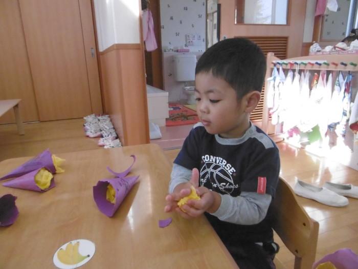 黄色のお花紙を丸めて・・・