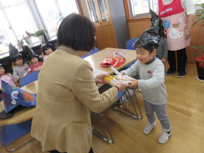 園長先生からたくさんのお菓子をいただきました\(^^)/