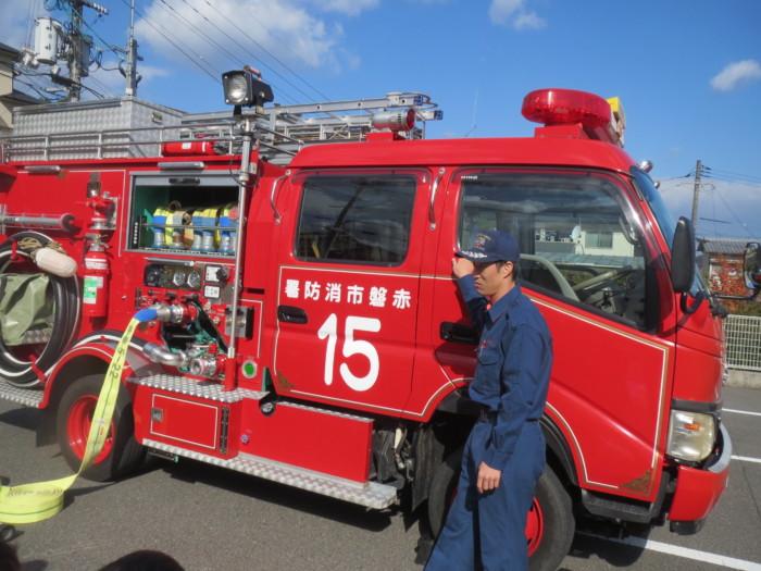 消防士さんに消防自動車のパーツの仕組みなどを教えてもらったね(^O^)