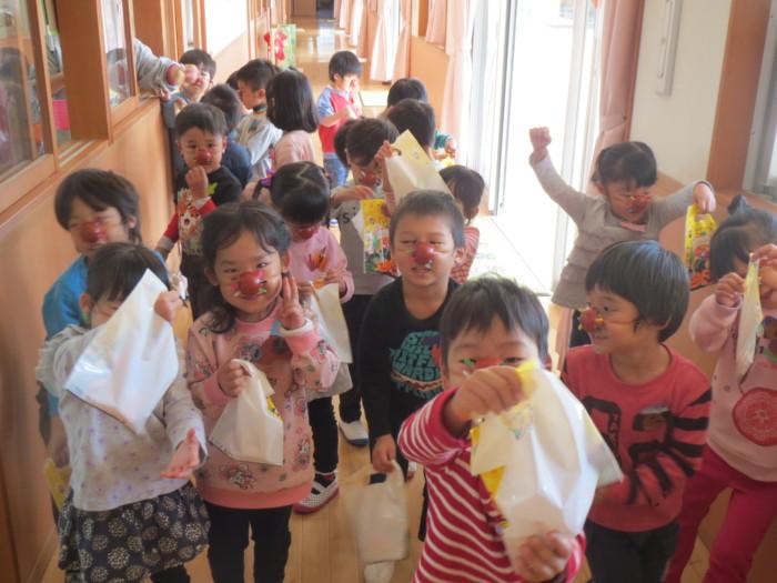 こんなにたくさんの お菓子をGET!! 「いっぱいだ~(^○^)」 「ハロウィン 楽しい~♪」と大興奮の子どもたちでしたよ(*^^)v