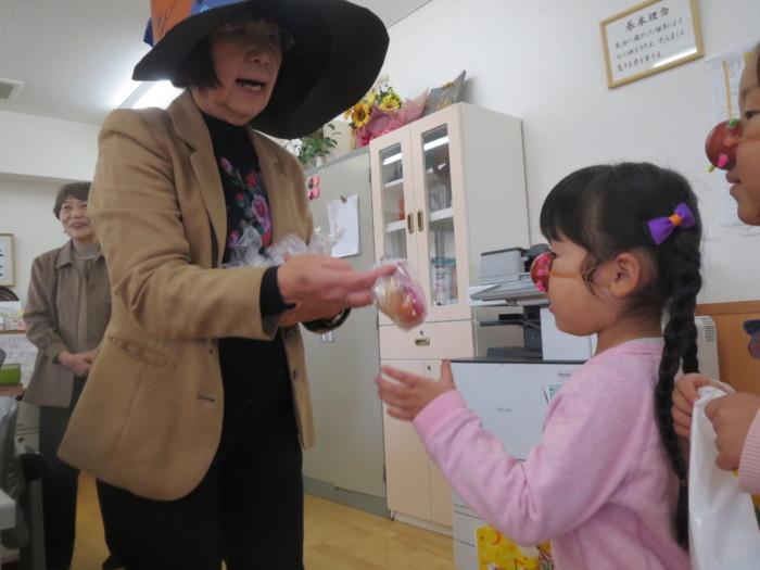 魔法使いの 魔女さん(園長先生)から たくさんのお菓子も貰ったよ♥